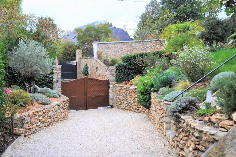 Jardin haut de gamme muret pierre paysagiste Sophie Durin